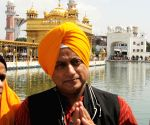 Shashi Tharoor pays obeisance at Golden Temple