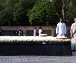Sonia Gandhi and Rahul Gandhi paying homage to Rajiv Gandhi