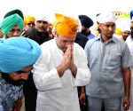 Rahul Gandhi pays obeisance at Golden Temple