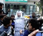 Congress workers protest against party's decision to support Aam Aadmi Party