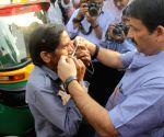 Manoj Tiwari distributes masks auto rickshaw driver