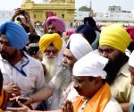 Kejriwal pays obeisance at Golden Temple
