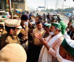 Free Photo:  Delhi Police speaks to farmers present in Ghaziabad