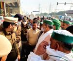 Free Photo: Delhi Police tries to convince farmers by crossing the border, Delhi Police speaks to farmers present in Ghaziabad