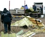 Donetsk (Ukraine) : Workers recover the wreckage of flight MH17