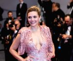 'Scarlet Witch' Elizabeth Olsen's mom goofs up her superhero shade!