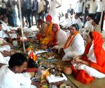 Eunuchs pay mass obeisance to ancestors at Kashi ()