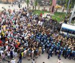 Hundreds of farmers block
