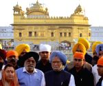 Manmohan Singh pays obeisance at Golden Temple