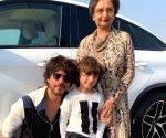 Shah Rukh, AbRam's adorable pic wins hearts of netizens