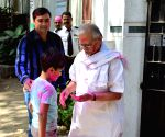 Gulzar celebrates Holi with his family