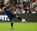 Kane scores lying down even as Tottenham lose