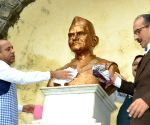 Pt. Deendayal Upadhyaya's birth anniversary - Himachal CM cleans statues of great leaders