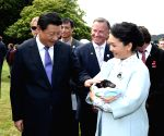 Hobart (Australia): Chinese President Xi Jinping with students at a primary school