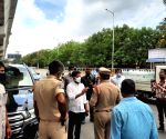 Congress mp mr Reventh Reddy car stop by police Reventh Reddy  congress Relife distributing work in Hyderabad at Gandhi Hospital