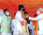 Narendra Modi with veteran actor Mithun Chakrabarty at Brigade Parade Ground