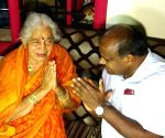 HD Kumaraswamy consoles mother of D. K. Shivakumar