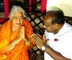 HD Kumaraswamy consoles mother of D. K. Shivakumar