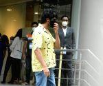 : Mumbai: Kaartik Aryan, shradha das spotted at Hinduja hospital