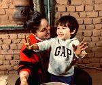 करीना कपूर बेटे तैमूर के साथ पॉटरी कला करती नजर आई