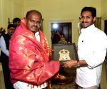 H.D. Kumaraswamy meets  Y. S. Jaganmohan Reddy