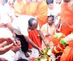Kumarswamy pays tribute to Sri Shivakumara Swamiji