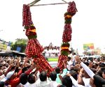 Congress workers greet Siddaramaiah with a garland of apples
