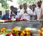 Siddaramaiah pays tributes to the mortal remains of Gowri Lankesh