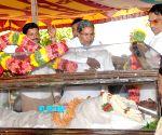 Siddaramiah pays last respect to A Krishnappa