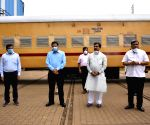 Free Photo: Karnataka railway staff pay rich tributes to Angadi