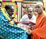 H.D. Kumaraswamy visits Adichunchanagiri Mutt
