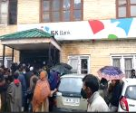 Free Photo: Kashmiris defy logic & lockdown, throng banks, markets