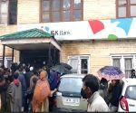 Free Photo: Kashmiris defy logic & lockdown, throng banks, markets