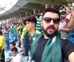 Pakistan fan sing Indian national anthem, wins hearts