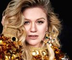 Kelly Clarkson sings duet with Cyndi Lauper
