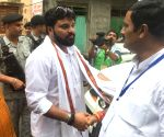 Stones pelted at BJP candidate in Kolkata, mediaperson hurt