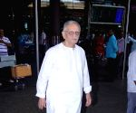 Gulzar seen at Mumbai Airport