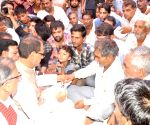 MP CM gives Rs 1 crore to dead farmer's family