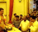 Raj Thackeray offers prayers at Siddhivinayak Ganapati Temple