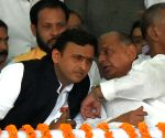 CBI gives clean chit to Mulayam, Akhilesh in DA case