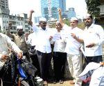 Mumbai Dabbewalas celebrate resignation of Shrihari Aney