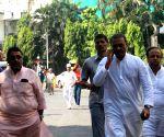 Sharad Pawar falls, fractures leg