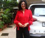 : Mumbai : Sushmita Sen Spotted With Her Daughter Outside Dubbing Studio in Khar