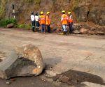 Thane (Maharashtra): Landslide rocks Mumbra bypass