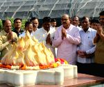 Maharashtra CM pays tribute at Dr. Hedgewar Memorial