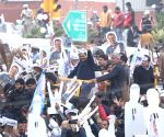 Kejriwal holds roadshow, fails to file nomination
