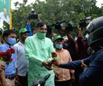 : New Delhi :Delhi environment Minister Gopal Rai distribute rose at a traffic point as a part of Delhi governments Red Light on,Gaadi off  campaign to reduce pollution in The National Capital