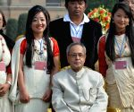 President Pranab Mukherjee with tableaux artists