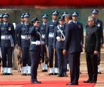 Obama inspects the tri-service guard of honour at Rashtrapati Bhawan