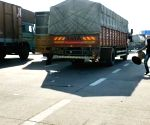 Free Photo: New delhi: Vehicular movement resumes on KMP expressway after farmers end blockade